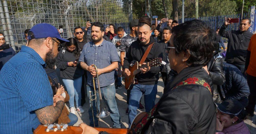 Panteón Rococó sorprende con concierto en taquillas del Palacio de los Deportes